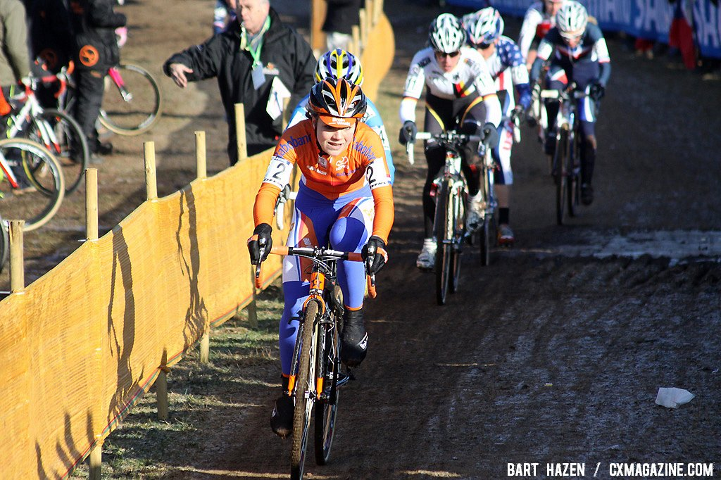 Sanne van Paassen leads the break in the early laps