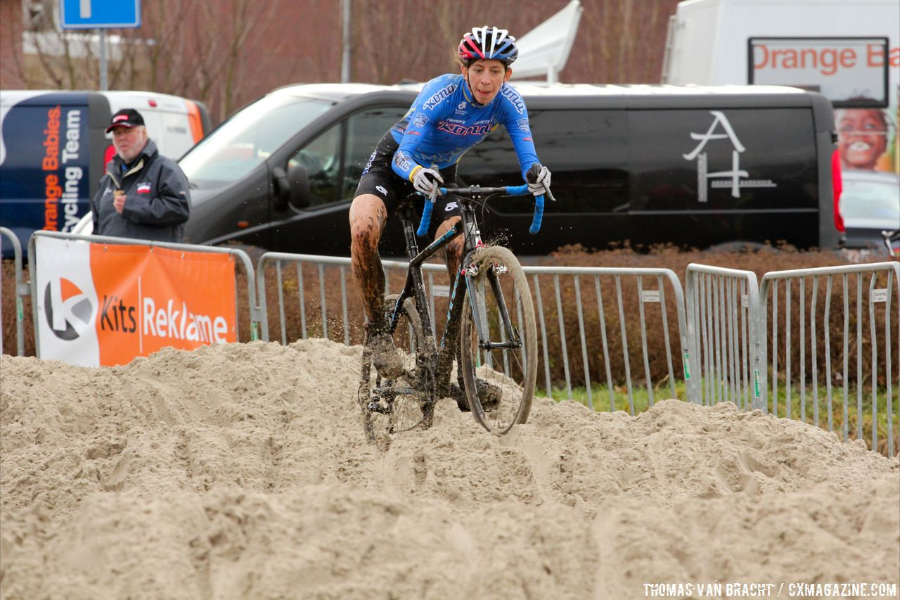 Helen Wyman navigating the sand at Centrumcross  © Thomas van Bracht