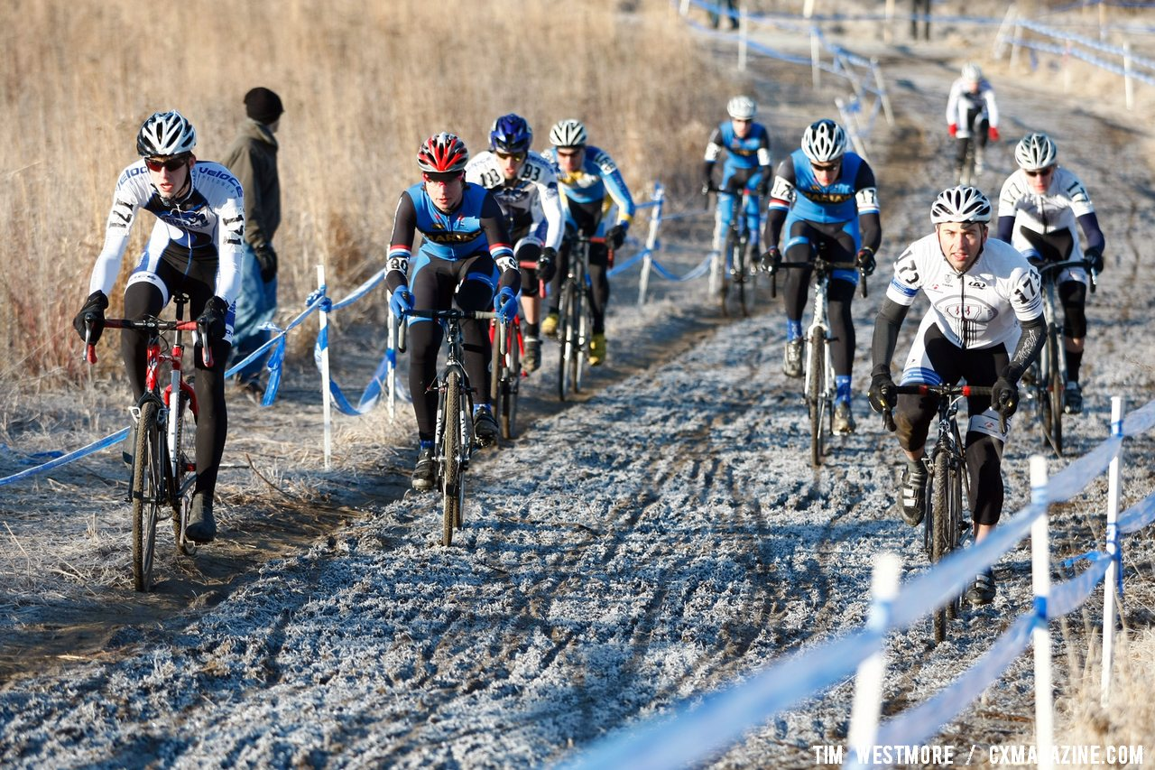 On the early morning frozen ground, Division 1 Collegiate Men opt for different lines ©Tim Westmore