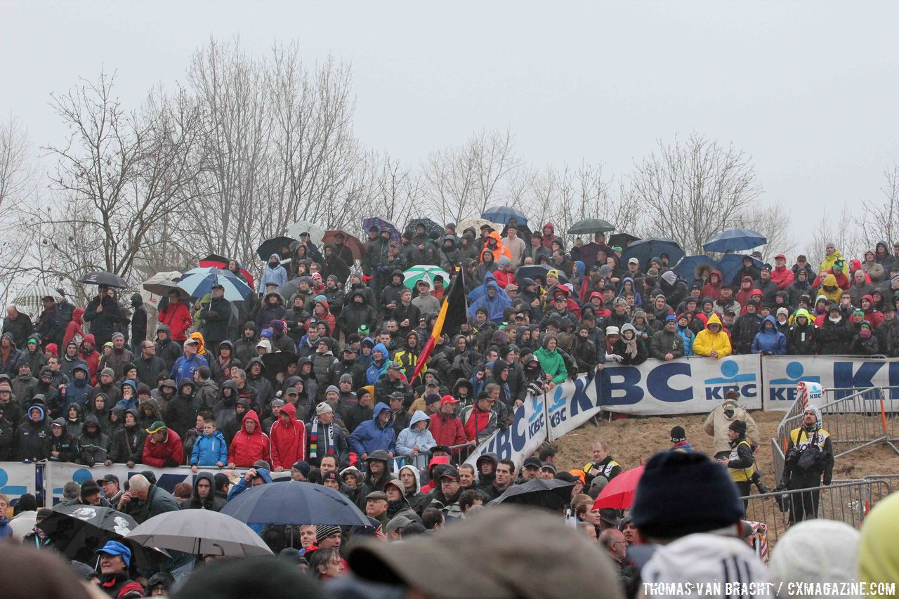 Huge crowds line the track © Thomas van Bracht