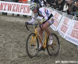 Nikki Harris (Young Telenet-Fidea) trying to pick  her way through the sand. © Bart Hazen
