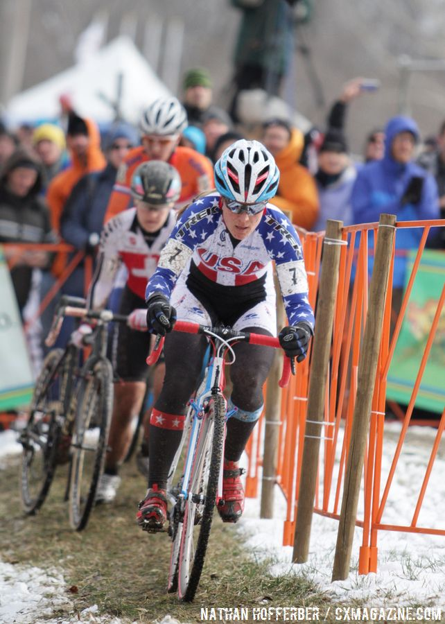 Compton droppering Achermann as she moves up the field © Cyclocross Magazine