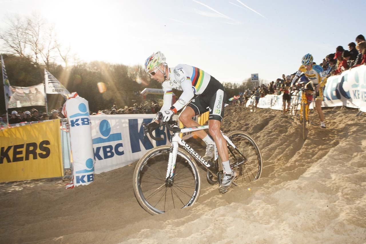 Sven Nys (Crelan-KDL) attempring to move up in position. © Thomas van Bracht