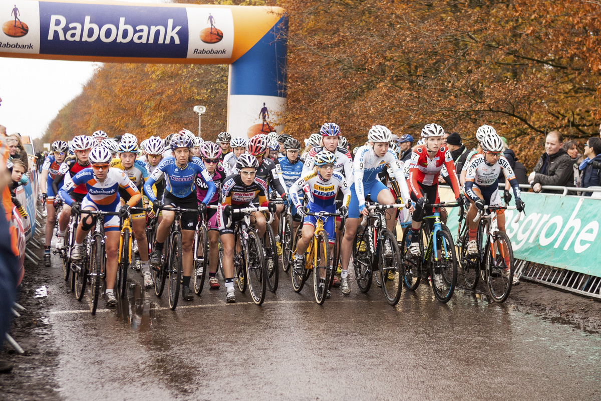 The start of the Elite Women\'s race. © Thomas van Bracht