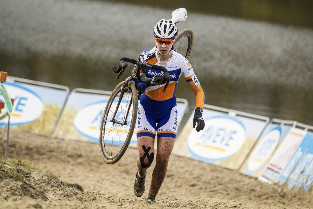 Sabrina Stultiens negotiating the sand. © Thomas van Bracht