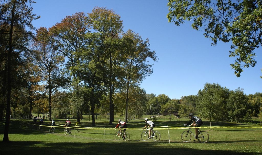 Cat 1/2/3 riders roll along the course at the Chicago Cross Cup at Hopkins Park in Dekalb Illinois.  © Aaron Johnson