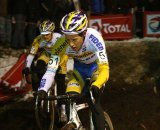 Tom Meeusen leads Bart Wellens towards the muddy pits ©Dan Seaton