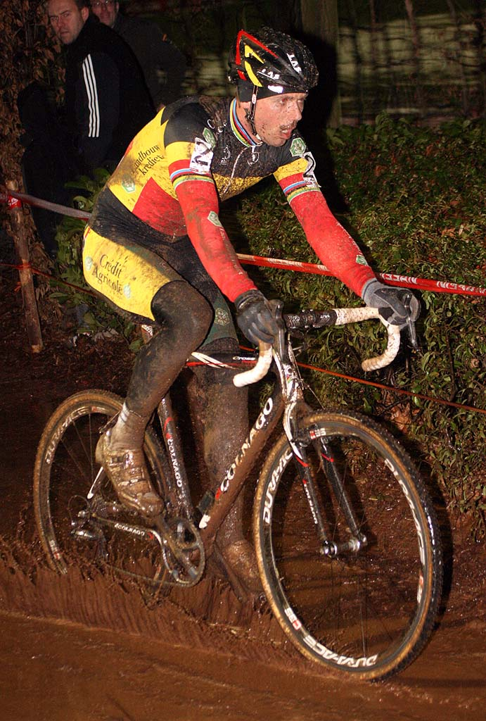 Sven Nys would end the day carrying his broken bike across the line. ? Bart Hazen