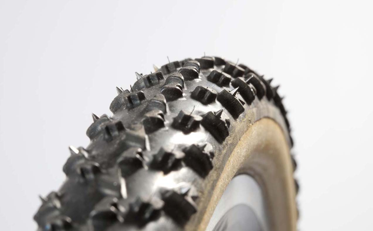 The spikes rest between the cotton casing and tread. © Jeroenn Nieuwhuis