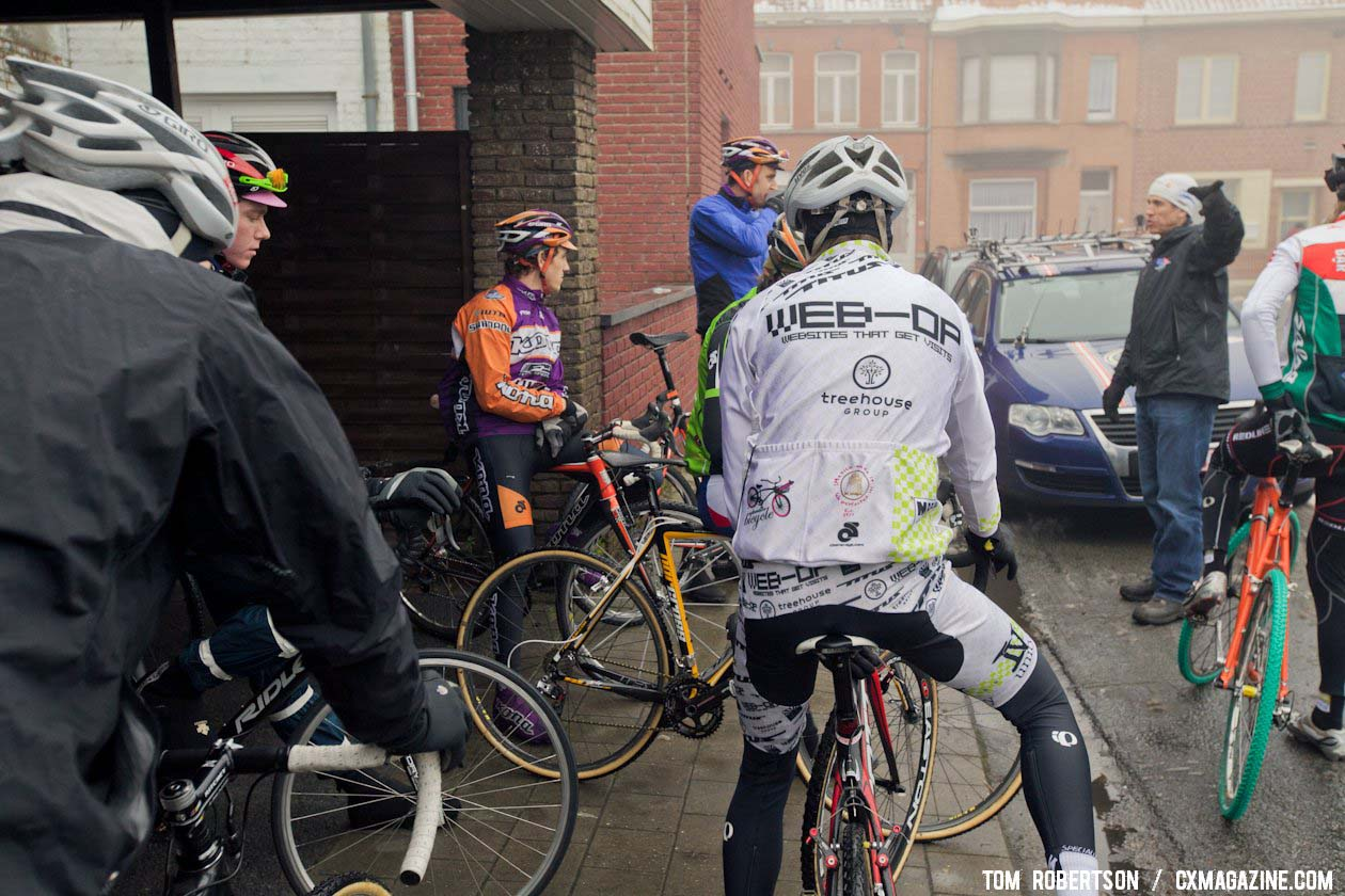 Geoff Proctor giving riders instructions on how to get to the start. © Tom Robertson