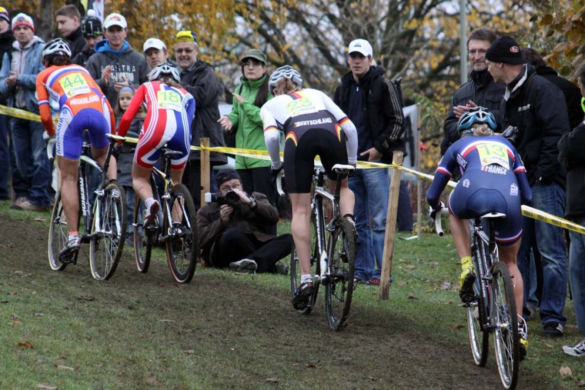 The women\'s field charges up a hill on the championship course. © Bart Hazen