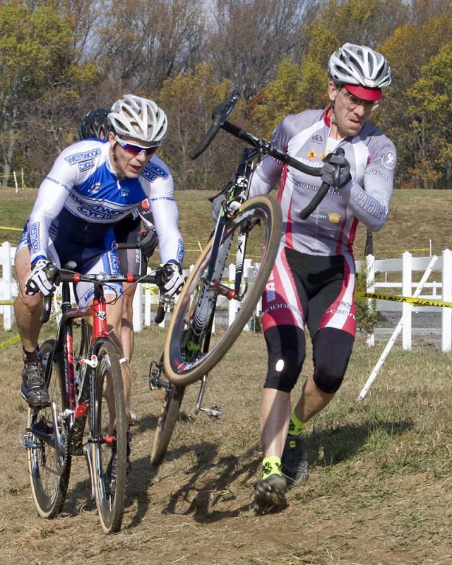 Mike Yozell (r) leads Troy Kimball through an off-camber. © Dennis Smith/dennisbike.com