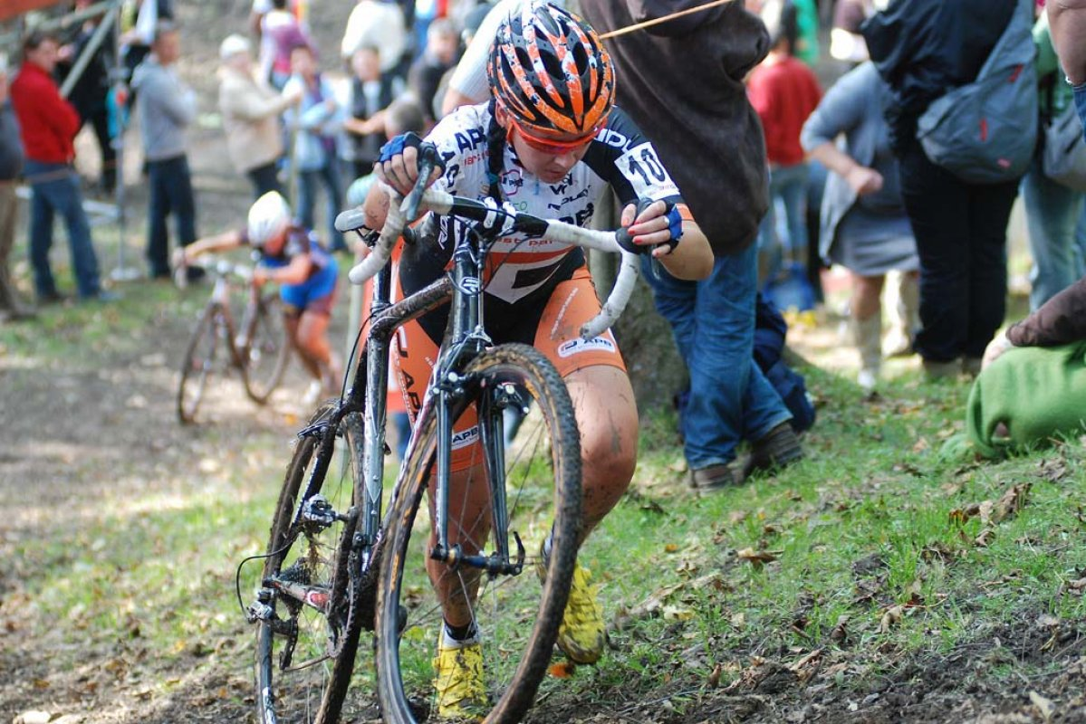Nikki Harris chooses not to shoulder her bike. © Bart Hazen