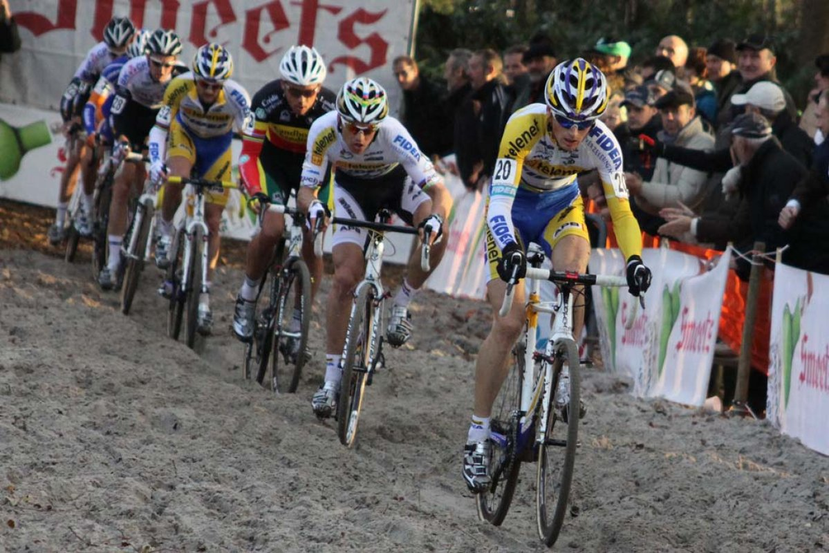 Kevin Pauwels leads the first group through the sand. © Bart Hazen