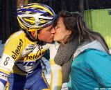 Tom Meeusen gets the victory kiss from his girlfriend Nina. © Bart Hazen