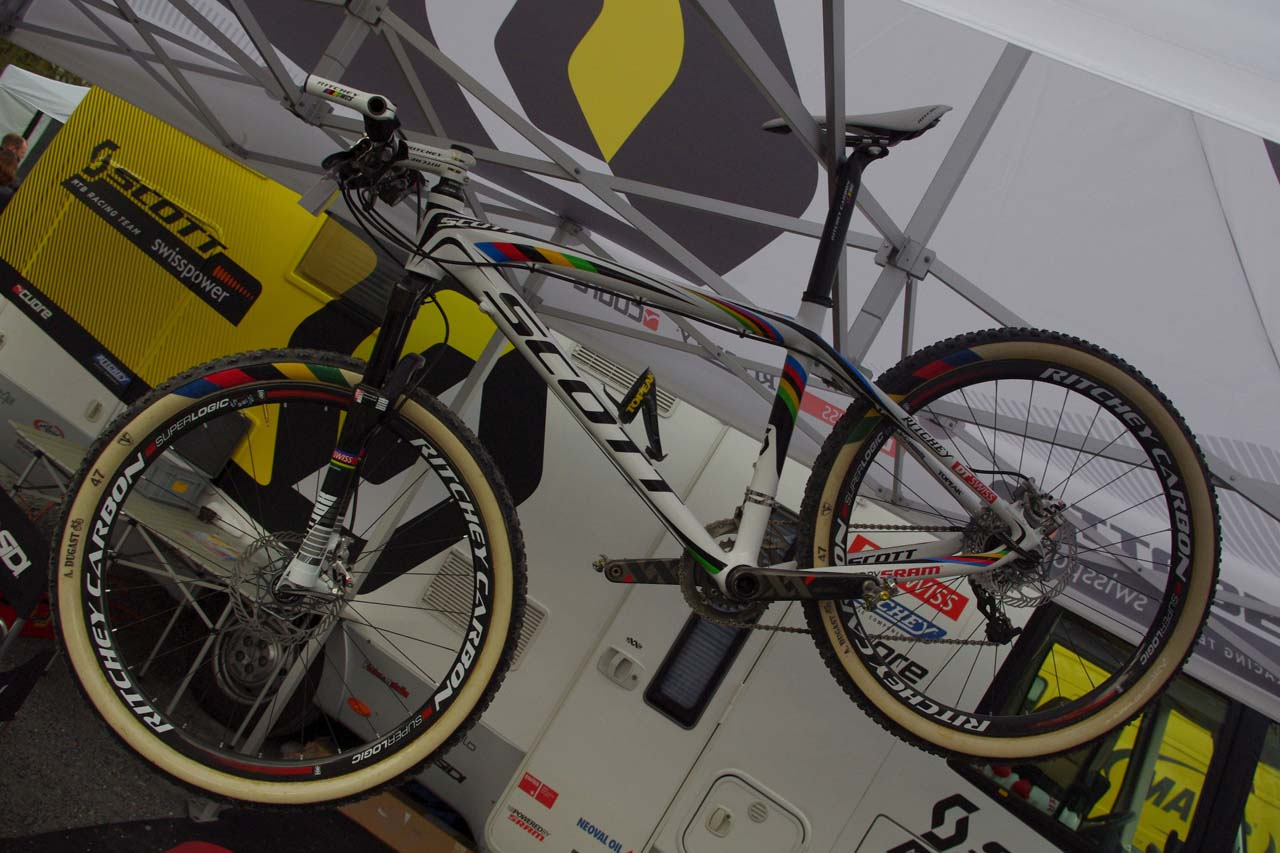 World champ Nino Schurter (SCOTT-Swisspower) even gets rainbow-striped sidewalls ? Jonas Bruffaerts