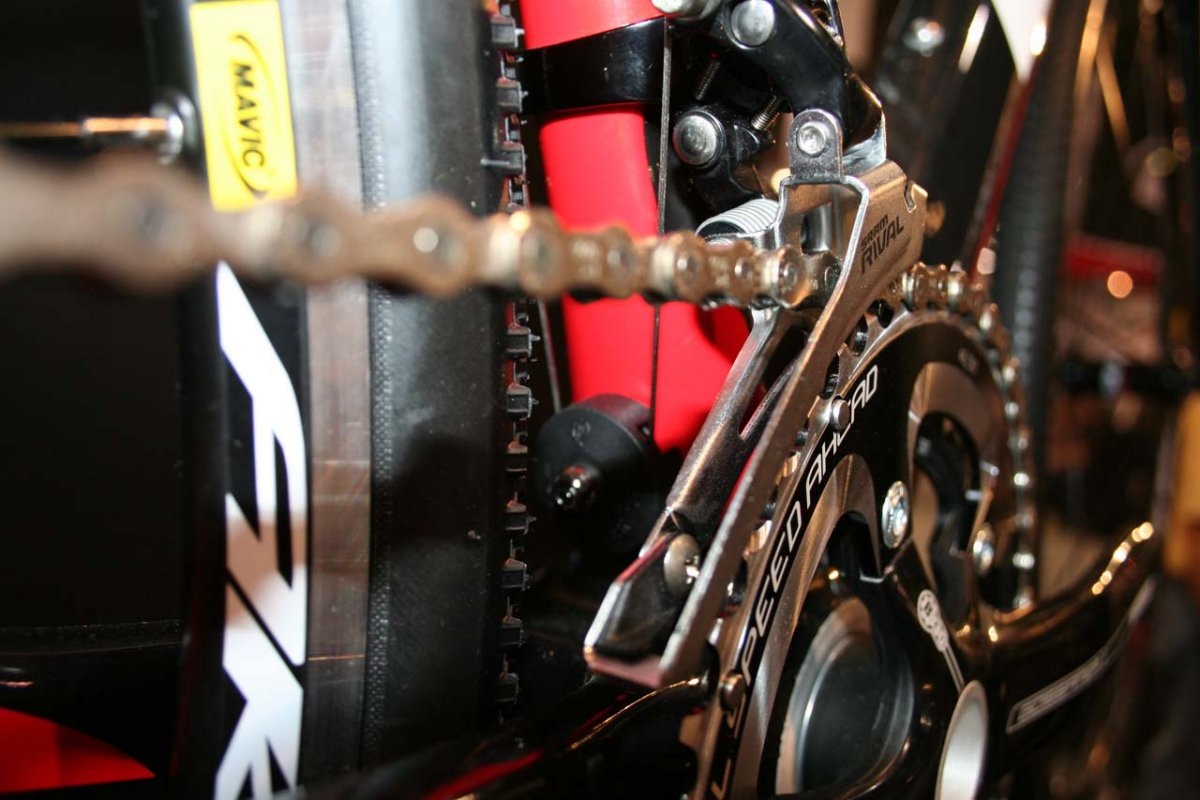 Te cable routing requires a pulley to connect the front derailleur © Josh Liberles