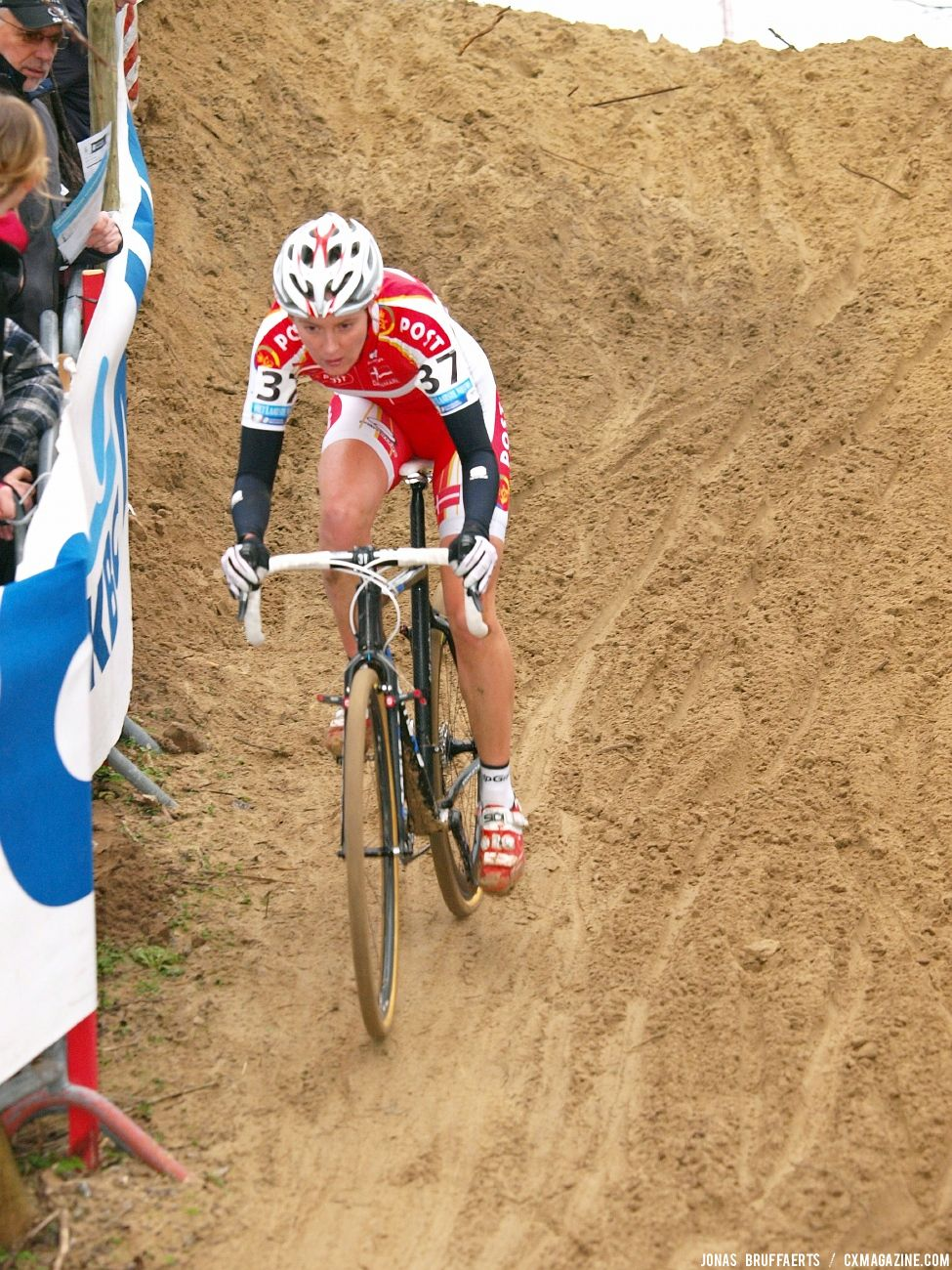 Nikoline Hansen handles a treacherous downhill. © Jonas Bruffaerts