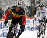 Sven Nys races to keep up with Meeusen. © Bart Hazen