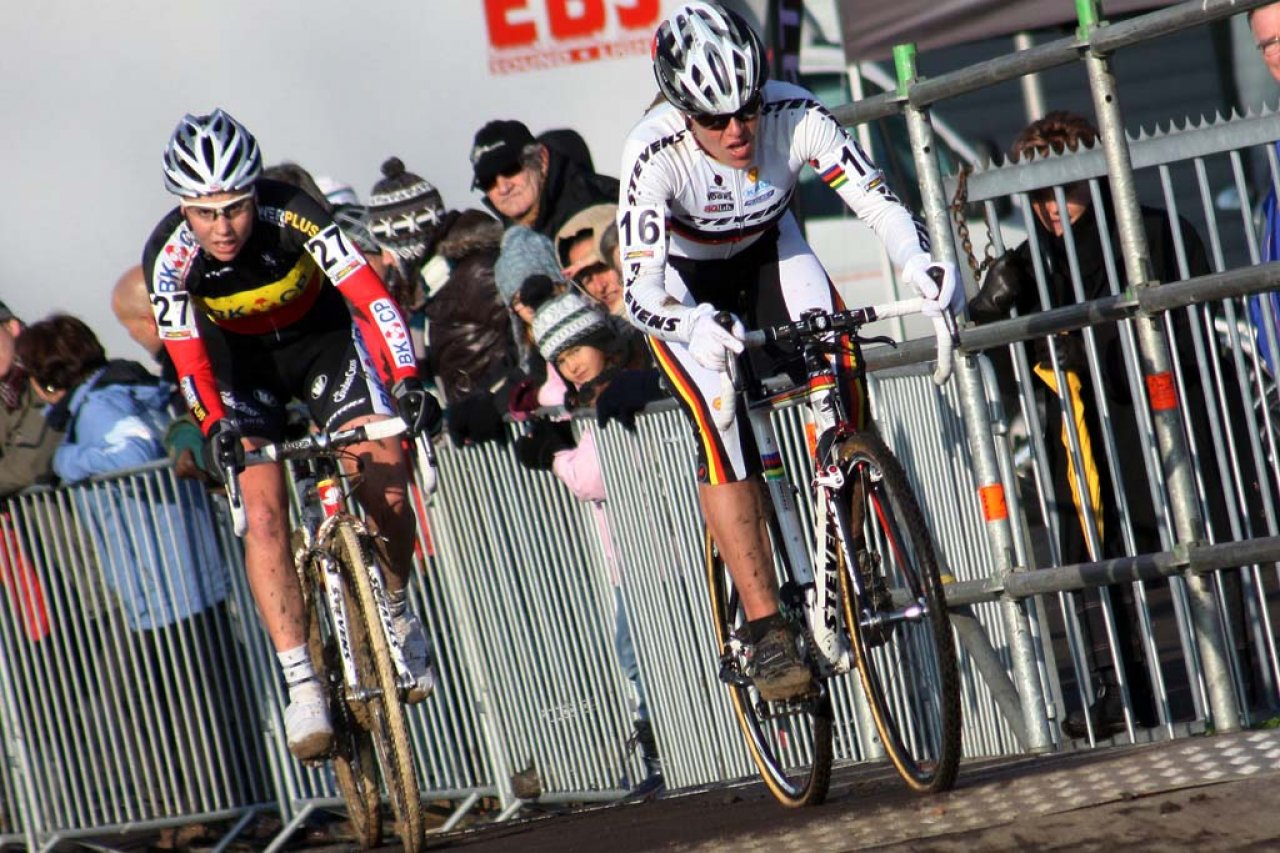 Kupfernagel (l) leads Sanne Cant through the pavement. © Bart Hazen