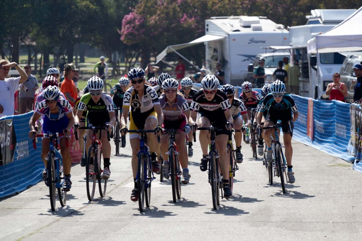 The women's field charges off the line © Mark Colton