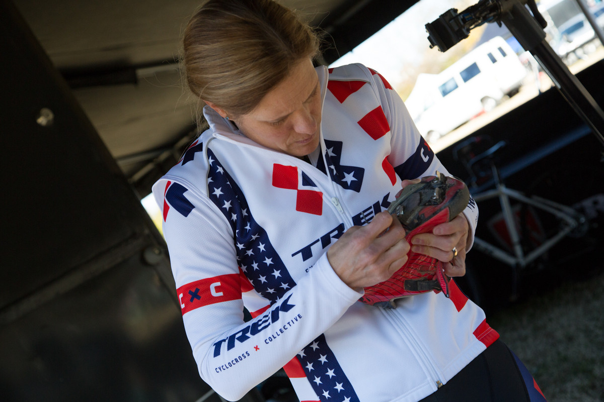 Katie Compton makes a cleat adjustment before Sunday\'s race. © Wil Matthews