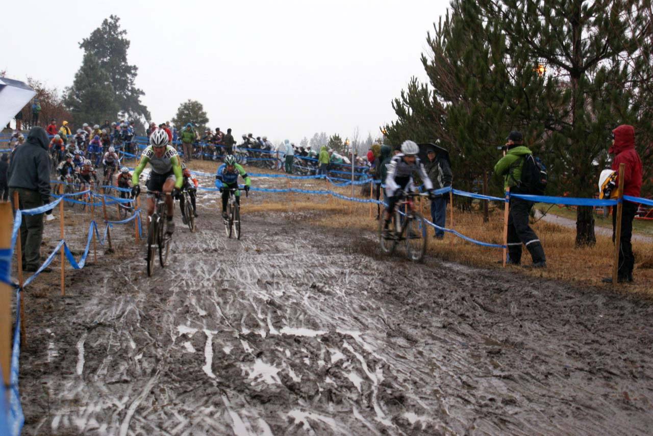 Steve Tilford hits the front of the 50-54 race with a huge filed trailing him onto the mud ©Kenton Berg