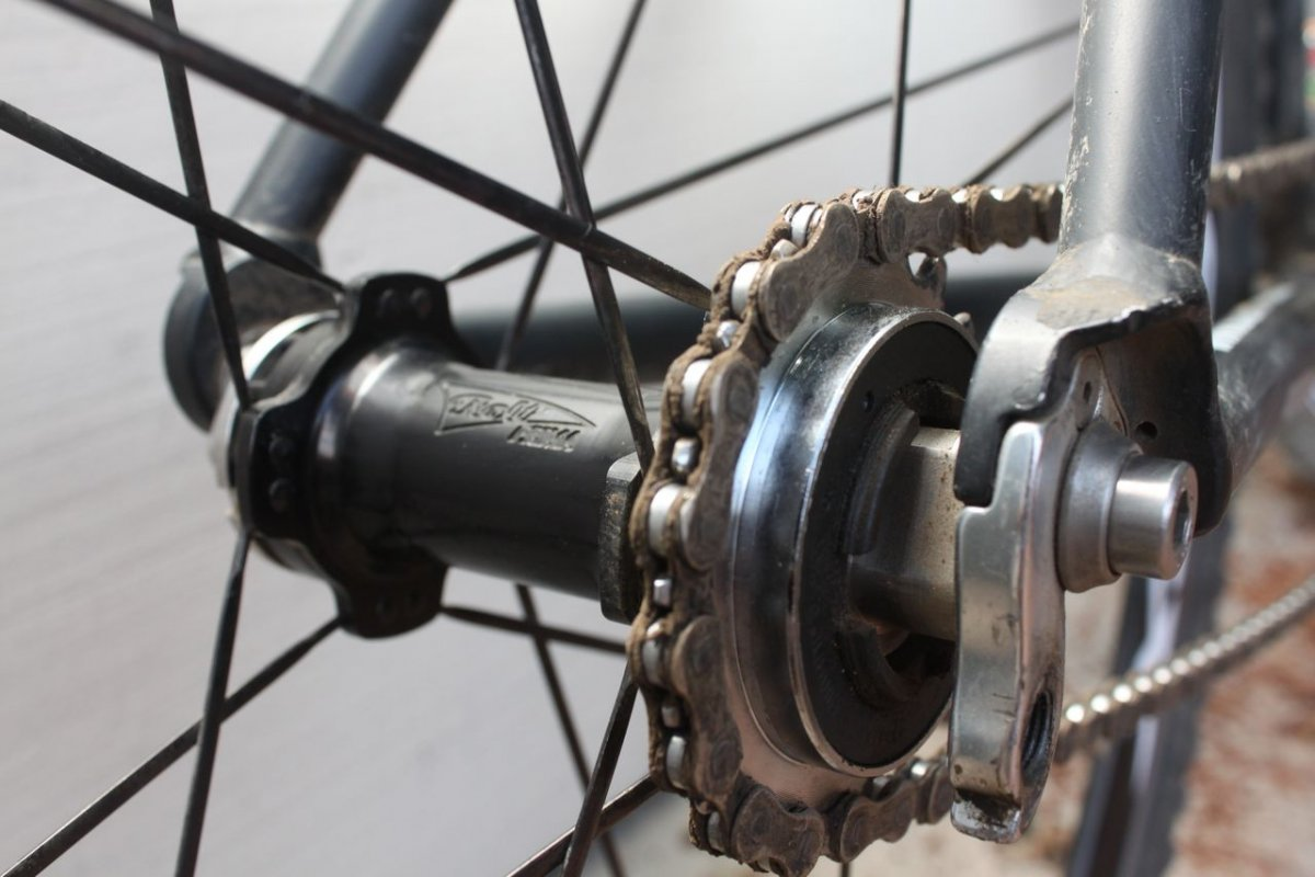 The White Industries-made ENO hub accepts a rear freewheel or proprietary splined fixed gear cog. © Cyclocross Magazine
