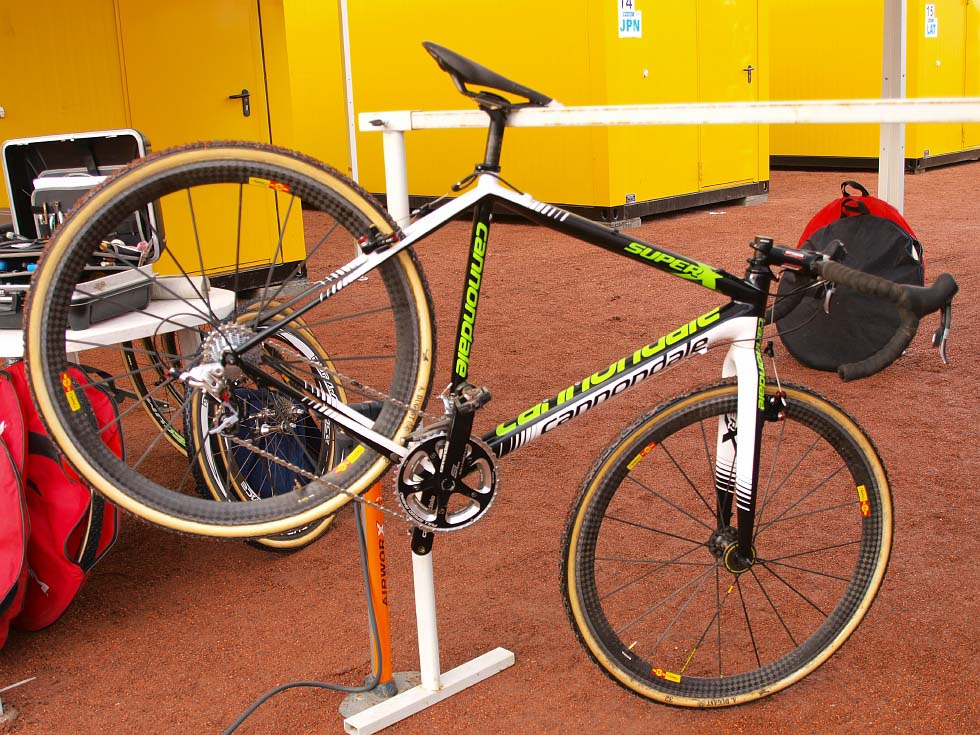 The Cyclocrossworld Team aren\'t the only ones preparing Cannondales for the races.  © Jonas Bruffaerts