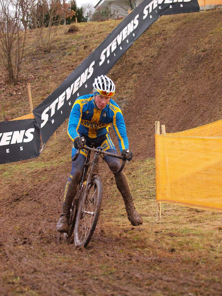 A Swedish rider demonstrates his preferred cornering technique in the mud. © Jonas Bruffaerts