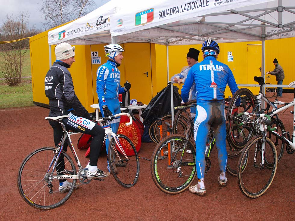 The Italians discuss the course. © Jonas Bruffaerts