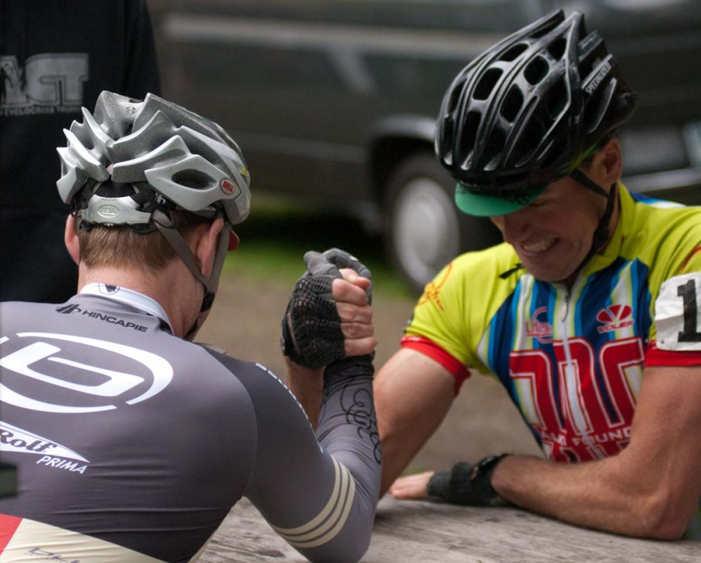 Representatives from the Singlespeed and Cat 3 racers arm wrestle to determine which went first © Karen Johanson