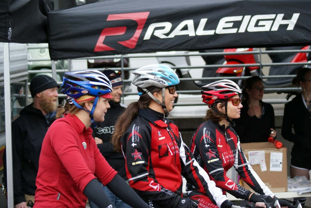 The ladies await their turn at qualifying © Kenton Berg