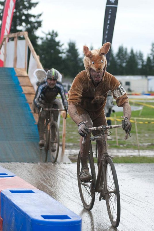 Tyler Smith takes a break from his gig at Nuun to tackle the SSCXWC course as his alter ego kangaroo © Karen Johanson