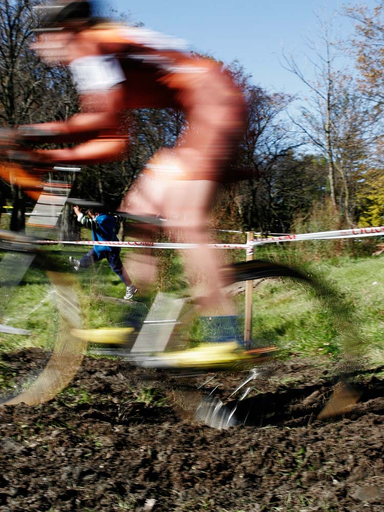 Elite women\'s race at the ditch crossing.