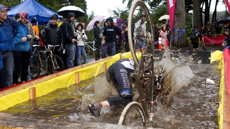 The Pool of Filth proved to be a suprisingly refershing obstacle for some. SSCXWC 2011. © Tim Westmore