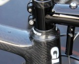 A prototype cable hanger bolted through the stem drops the cable lower, and the pivot helps control brake shuddering ©Thomas van Bracht