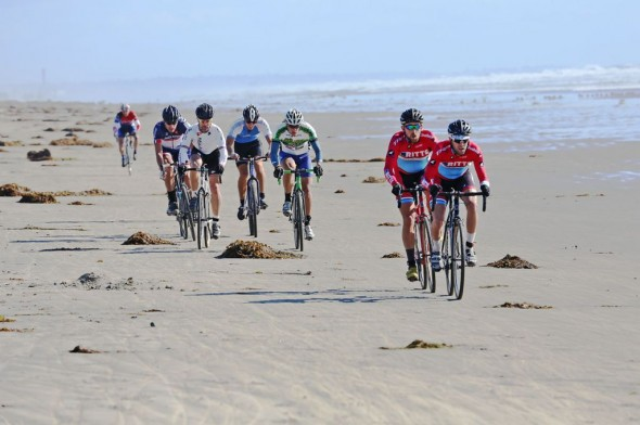It was a long, hard slog up the beach into the wind. Here, Ritte CX teammates Gareth Feldstein and Alan Zinniker create a gap in the Single Speed A group that would never be closed. © Phil Beckman/PB Creative