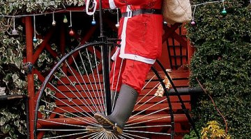 Santa has to deliver gifts somehow, so why not via bike? © Erin Smiles (flickr)