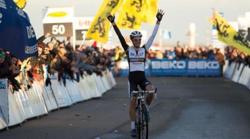 Niels Albert takes his first WOrld Cup win of the season at Koksijde. © Thomas Van Bracht
