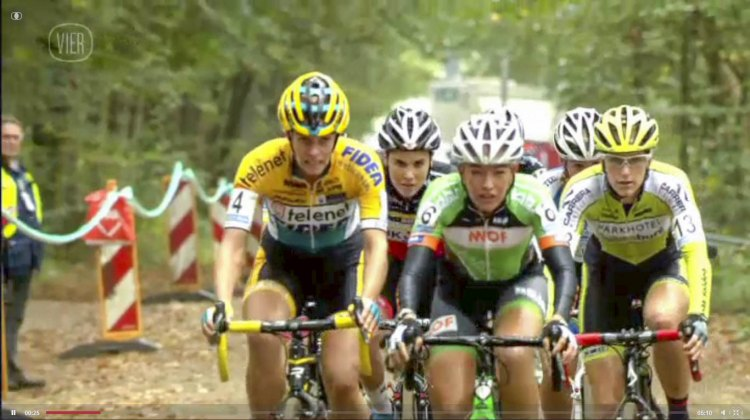 Sophie de Boer leads Ellen van Loy, Sanne Cant and the field - 2014 Superprestige Gieten women's race - vier.be video screenshot