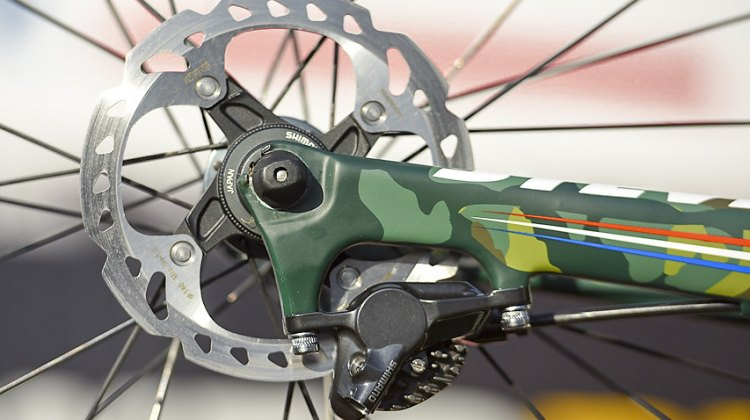 Shimano's older RT98 140mm Icetech rotors and RS785 hydraulic brakes. No thru axle here. © Armin M. Küstenbrück