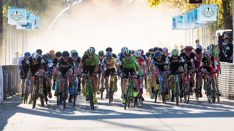 The powerful Elite Men's field churned up a huge cloud of dust at the start. © Kent Baumgardt