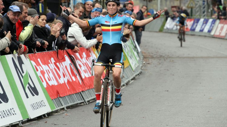 With a recent strech of wins, Sanne Cant is as cool as a cucumber in her victory salute. © Bart Hazen