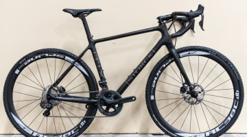 Storck's flagship TIX Platinum G-1 is equipped with a Shimano Ultegra 6850 Di2 drivetrain with R785 hydraulic disc brakes. It has clearance for 42mm tires with a frame weight of 890 grams.