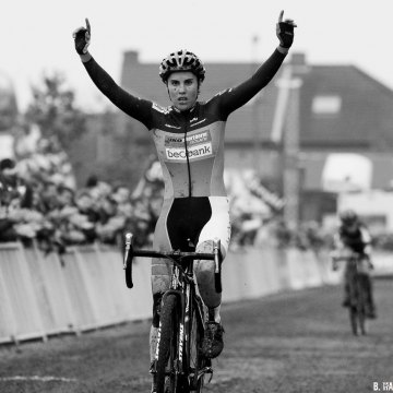 Sanne Cant is on top in Gavere. 2016 Superprestige Gavere Elite Women. © B. Hazen / Cyclocross Magazine