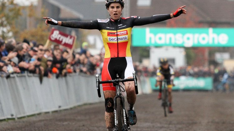 Sanne Cant flew to another Superprestige Win over Jolien Verschueren. © B. Hazen / Cyclocross Magazine