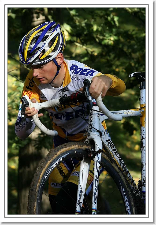 Kevin Pauwels dismounting on his usual, nontraditional side of the bike ©Danny Zelck