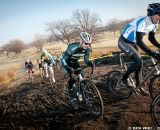 A pack of 30-plus riders tackles the hill, including Chris Lombardo (Verdigris-Village CX). ©Liz Farina Markel