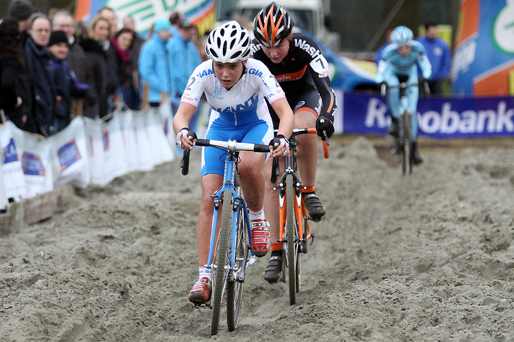 Lotte Eikelenboom leads Evy Kuijpers through the sand ©Bart Hazen